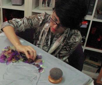Celia trabajando sobre el lienzo